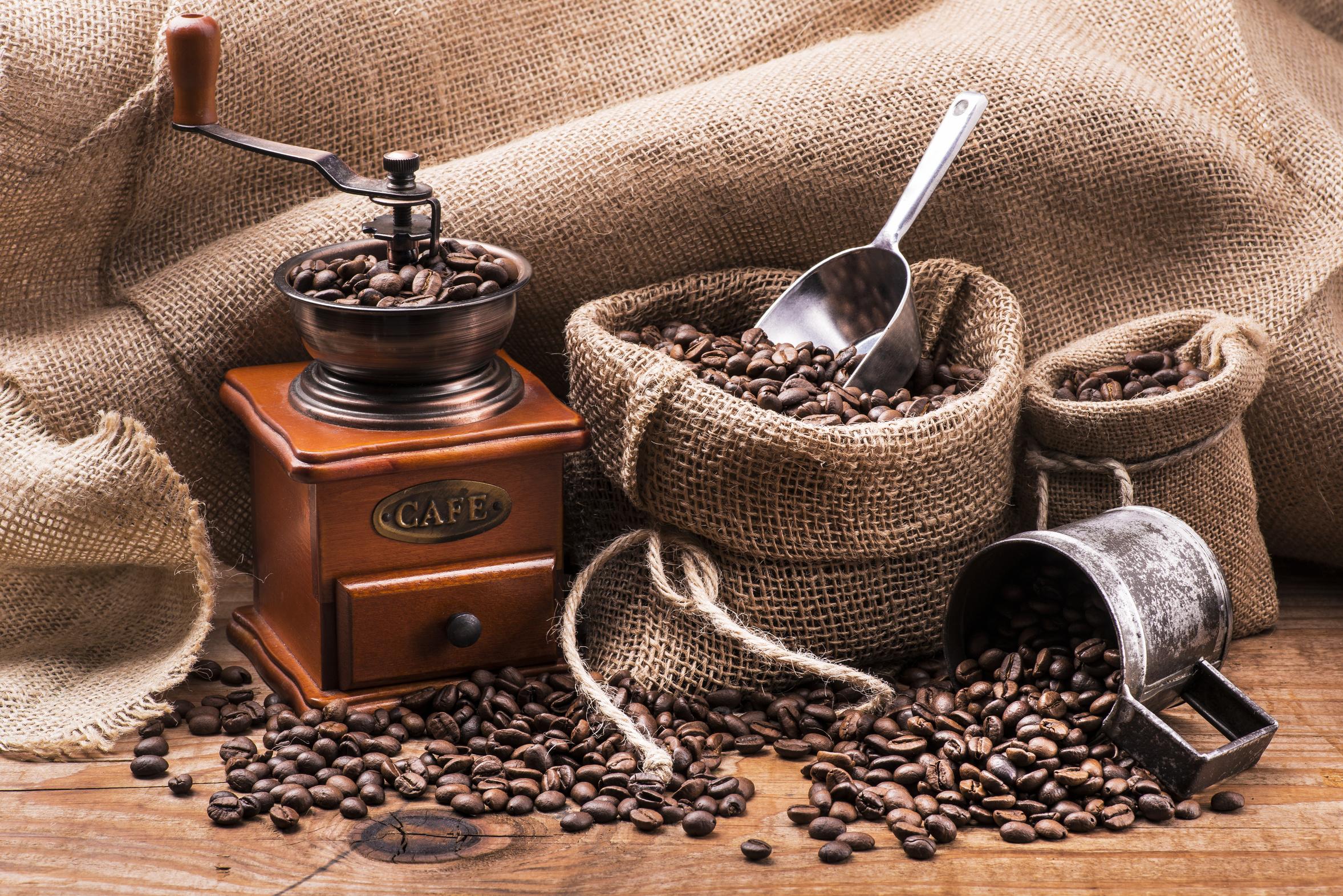 chicchi di caffè tostato e macinino